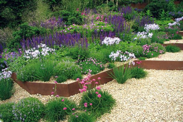 Změnám podléhá samotné členění zahradního prostoru. Vkurzu jsou stupňovité zahrady avýsadby, zahrady vrůzných úrovních terénu. Jejich vybudování je sice nákladnější, ale malá plocha díky tomuto může být mnohem zajímavější. Dokonce je možné sem zakomponovat mnohem více prvků.