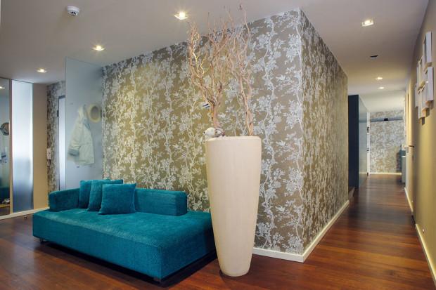Jednoduché, nadčasové zařízení bytu ozvláštňují barvy na stěnách azejména tapety. Majitelé sbarvami rádi experimentují adopřávají si tak čas od času poměrně nenáročnou změnu. Foto Robert Žákovič