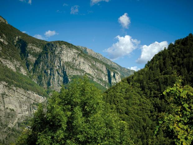Božský klid. Pohled zbočního údolí Val Rovana do doliny Maggia.