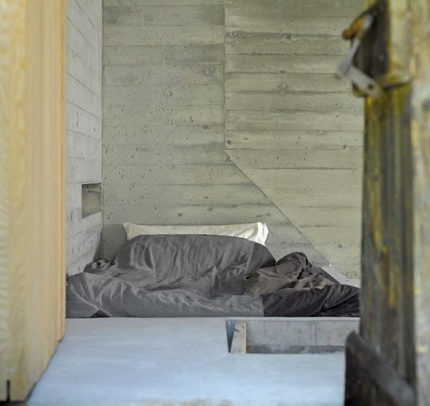 Dveře, kdysi zpřístupňující prostor na ukládání sena, dnes vedou kmístu na spaní nad krbem.