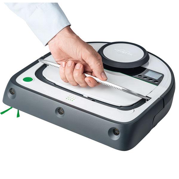 Praktické madlo usnadňuje manipulaci s robotem.