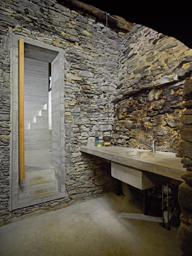 Kuchyň vpřístavbě je zredukovaná na nezbytné minimum. Pracovní deska idřez jsou zbetonu.