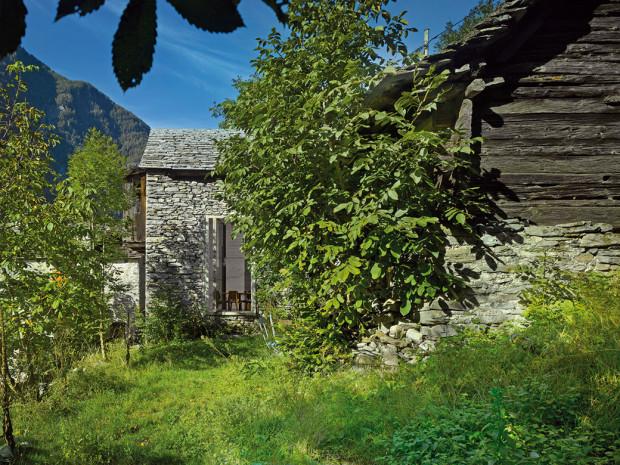 Srubová stodola je přistavěná kolmo na kamennou maštal − tak, že spolu vytvářejí malý dvůr. Dřevěná dostavba skamennou podnoží sloužila kdysi na skladování sena asušení plodů.