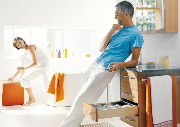 Vpraktické koupelně by mělo mít všechno své místo, každá věc by měla být pěkně tam, kde ji potřebujete. Šikovná jsou například umyvadla sbočními odkládacími plochami aumyvadlovou skříňkou. FOTO BLUM
