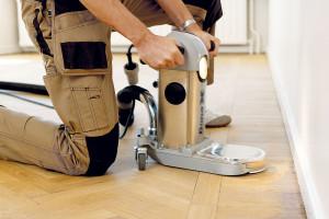 Praktická rada. Po každém broušení jiné zrnitosti brusiva vysajte podlahu, protože jakýkoliv drsný brusný odpad může poškodit jemnější brusný materiál, který vdalším brusném kroku následuje. (foto: Bona)