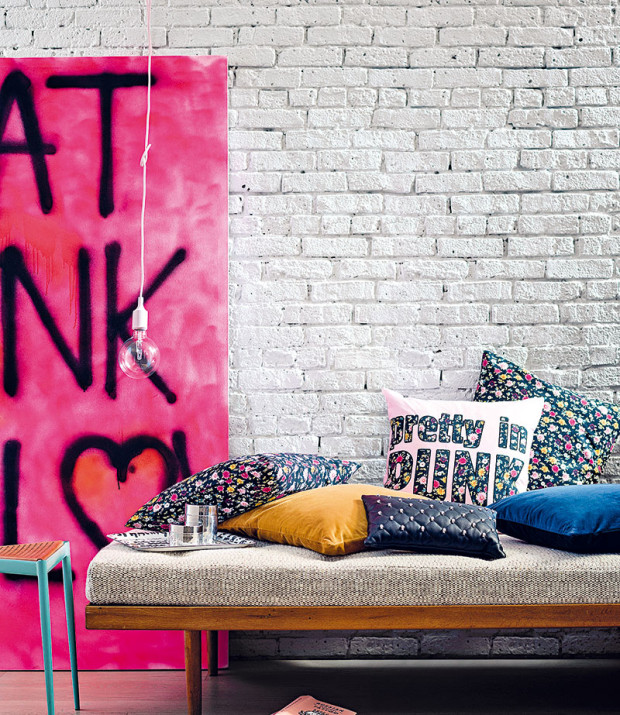 Pokud natřete cihlovou stěnu na bílo, můžete si pak vinteriéru dovolit větší barevné experimenty. FOTO H&M