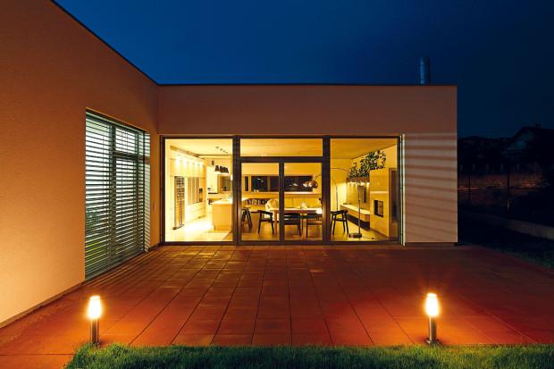 Jihovýchodní fasády se maximálně otevírají exteriéru. Kromě přístupu slunce do interiéru se tak docílilo výhledu do budoucí zahrady. Před denní částí je vestřetu hmot vytvořena letní terasa.