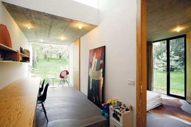 Spojení interiéru nové části domu sexteriérem bylo pro architekty mimořádně důležité. Vnesli tak do objektu aktuální prvek. Dlouhou denní místnost ukončili skleněnou stěnou, díky výhledu tak prostor jako by nekončil pracovnou, ale pokračoval až do zahrady.