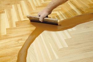 Pokud si nepřejete přírodní odstín, můžete dřevo namořit. Použijte vodou ředitelné mořidlo. Povrch před aplikací musí být hladký (tzn. bez škrábanců), dostatečně probroušený, suchý azbavený prachu po broušení, zbytků oleje, vosků nebo jiných nečistot. (foto:Thinkstock)