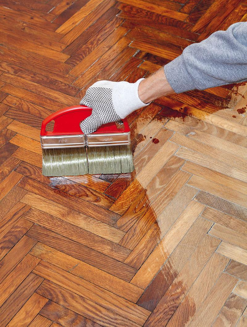 Takto upravenou podlahu můžete po vyschnutí mořidla lakovat syntetickými laky. (foto: Thinkstock)