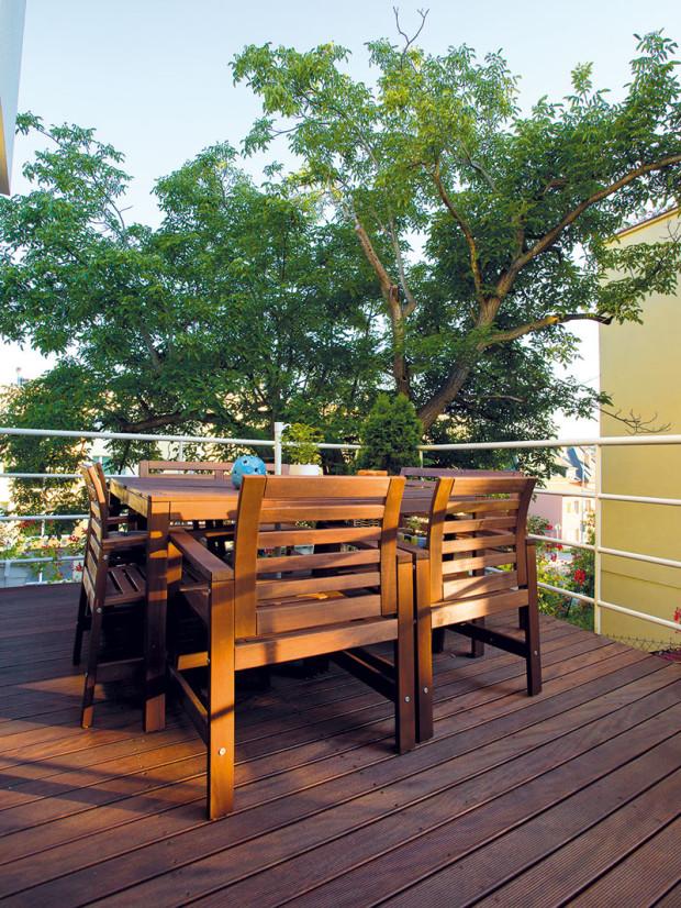 Terasa přiléhající ke kuchyni přímo vybízí ksnídaním za teplých aslunečních letních rán. Soukromí stolujících chrání koruna vzrostlého stromu.