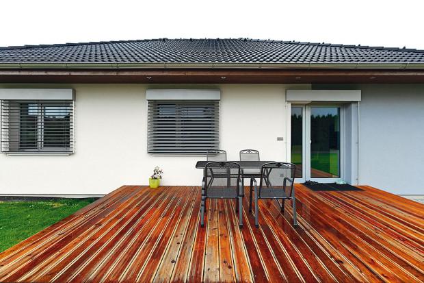 Nešetřilo se na materiálech ani na práci. Ale ani se zbytečně neplýtvalo – terasa je zmodřínu, který svoji funkci bez problémů zvládá.