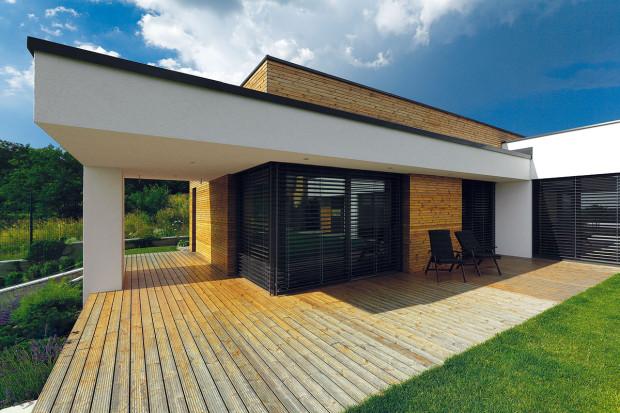 Do detailu sladěná je fasáda – matnou antracitovou barvu mají hliníková okna, oplechování ivenkovní žaluzie.