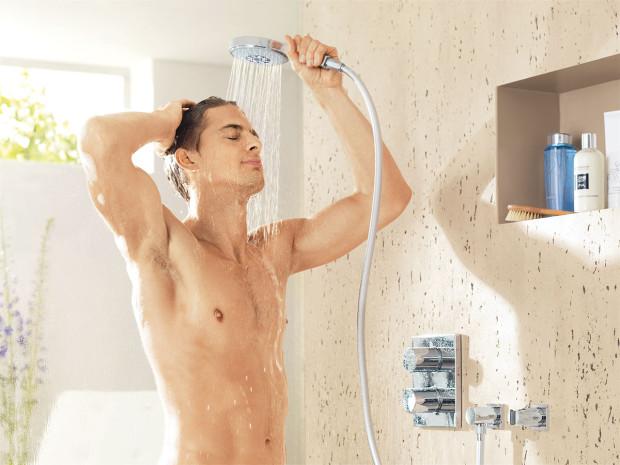 """Grohe Power&Soul® umožňuje zcela individuální osobní nastavení sprchování od jemně relaxačního po osvěžující aenergizující. Inovativní volba programu pomocí """"One-Click-Showering"""" nejenže umožní okamžité přepnutí mezi čtyřmi programy sprchování, ale také zajistí volbu dalších sedmi smíšených programů, což vám dává na výběr celkem mezi jedenácti předvolbami. FOTO GROHE"""