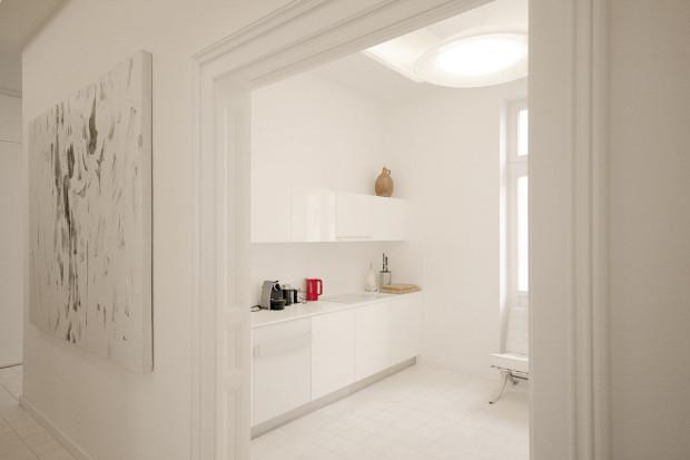 Naproti jídelně, jen kousek přes chodbu, je moderní kuchyň. Jednoduchá, zcela čistá bílá linka nenápadně kontrastuje spodstatně pestřejším zařízením jídelny aobýváku.