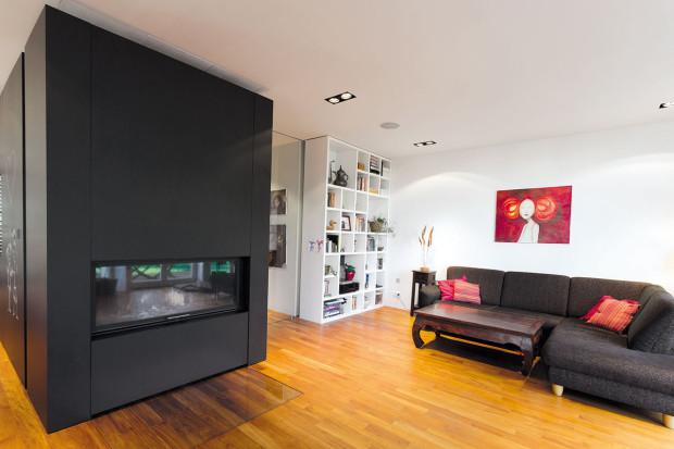 Čistý základ interiéru majitelům umožnil doplnit ho řadou různorodých předmětů: kousky vetno stylu, osobními výtvory idíly členů rodiny.