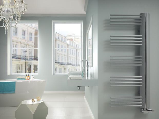 Díky vysunutým trubkám umožňuje asymetrický radiátor Elix instalaci vkoupelnách, kde je potřeba jednostranné boční spodní připojení blízko zdi. Díky možnosti volby směru topných trubek vlevo nebo vpravo je radiátor univerzální ipraktický. FOTOLAURENS