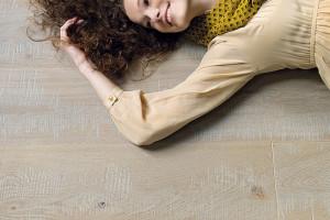 Každá dřevěná podlaha potřebuje jednou za čas renovaci. Ta může být současně příležitostí kjejí proměně. Změna zbarvení podlahy pomocí mořidla může dodat úplně nový vzhled nejen podlaze, ale icelé místnosti. (foto: Quick-Step)