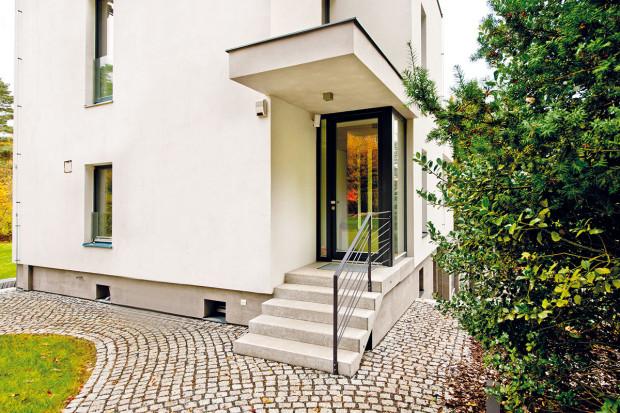 """Vstup do domu je ukrytý pod betonovým """"kšiltem""""."""