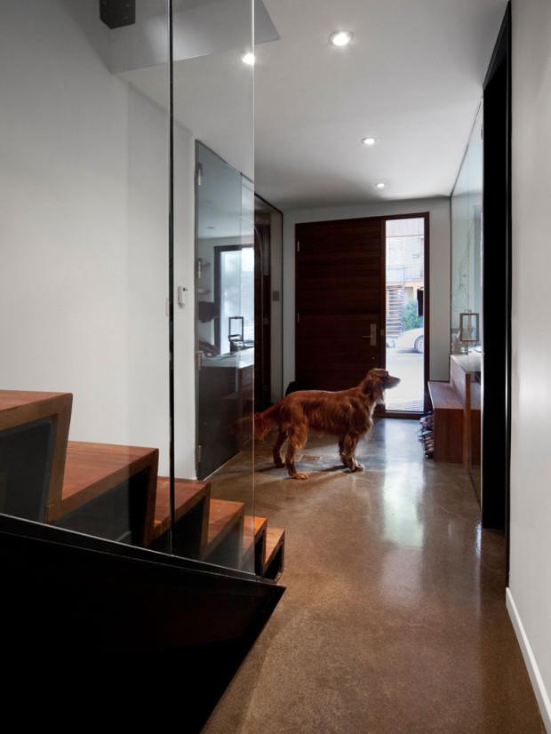 Spodní patro skrývá technické místnosti a pracovnu. Již vstup napovídá, že v interiéru se tu pracovalo sice s relativně tradičními materiály, ale v jejich moderním minimalistickém pojetí.