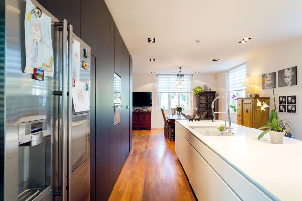 Romantická ve stylu Provence. Taková byla původně kuchyně vpředstavách majitelky. Tým Closer Architects ji ale přesvědčil adnes je za minimalistický přístup vděčná.