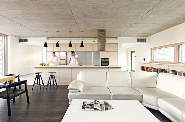 Z kuchyně umístěné přesně na ose prostoru mají majitelé při vaření dokonalý přehled o tom, co se děje vatriu, vevstupní části pozemku i vobývacím pokoji.