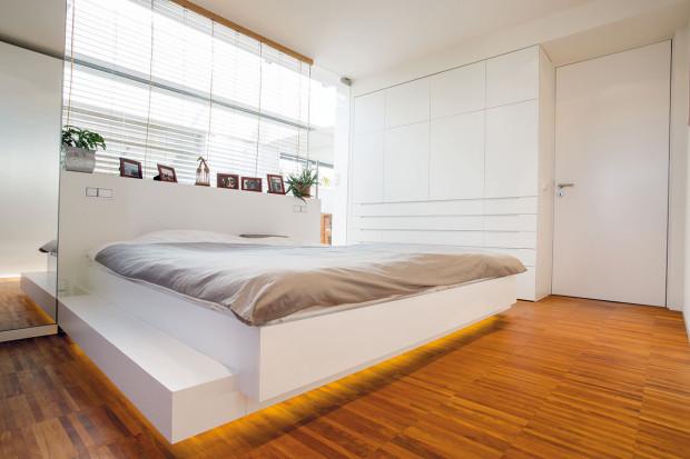 Ložnice rodičů byla celá vyrobena na míru truhlářem. Majitelé si pochvalují vnitřní uspořádání úložných prostorů (včetně toho, který je ukryt zboku včele postele) ipodsvícení postele, které vnoci umožňuje pohodlnou orientaci vprostoru.