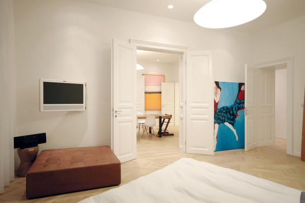 Pohled zložnice přes všechny místnosti bytu. Rodina žije otevřeným způsobem, takže jimotevřené řešení dispozice vyhovuje anaplno využívají spojovací možnosti dvoukřídlých dveří.