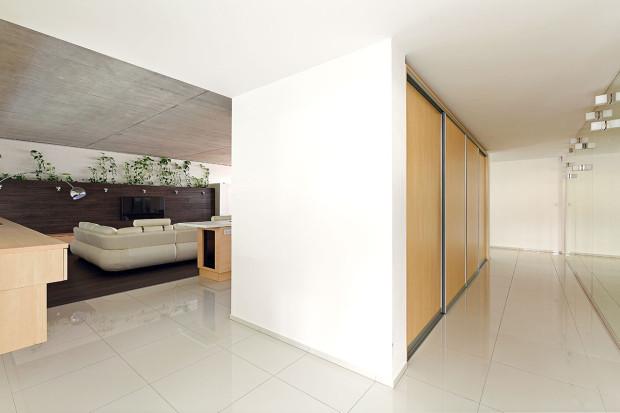 Vstupní prostory od denní části odděluje kubus zúložných prostor. Tvoří ho zjedné strany nika pro šatní skříně az druhé strany zabudované vysoké skříně kuchyňské linky.