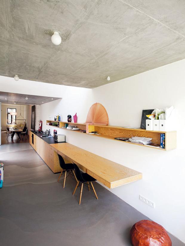 Beton adřevo. Drsné působení betonového stropu apodlahy zjemňuje nábytek zborovicové překližky. Veškerý nábytek adveře vnové části domu jsou atypické, vyrobené na míru.