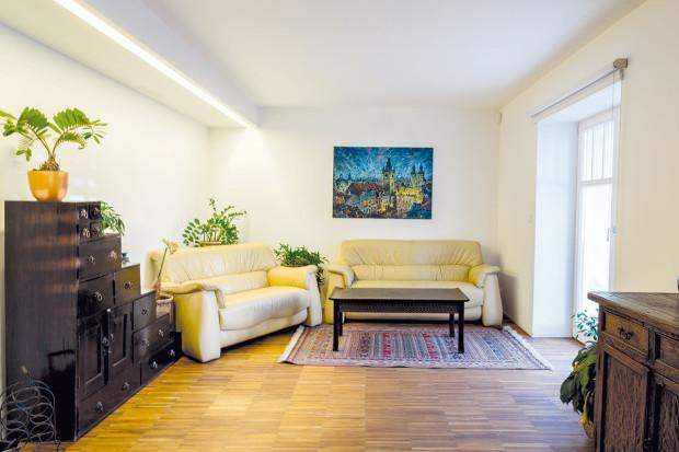 """Pracovna paní domu se díky skládací posteli v mžiku změní na pohodlný """"hotelový"""" pokoj. V suterénu je návštěvám k dispozici samozřejmě i samostatná koupelna. V případě potřeby je možné z této části domu vytvořit i samostatný byt."""
