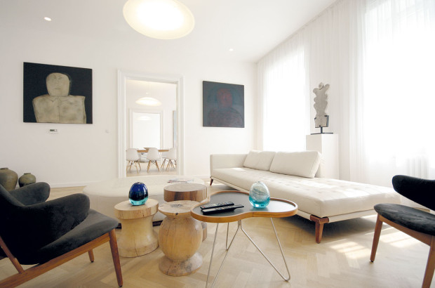 Design ze 60. let. Dánský designér lb Kofod-Larsen nabídl ve svém křesílku zedřeva ačalounění komfort vikonických tvarech.