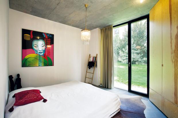 Exotické oživení. Majitelé domu hodně cestují – zcest si dovezli iněkteré kusy zařízení, exotické doplňky aobrazy. Pod podlahou se vzhledem betonu je skryto podlahové vytápění.
