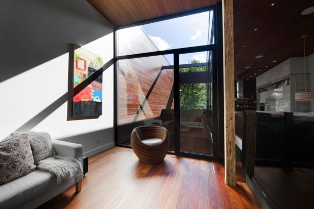Dalším prvkem, který vnáší vzruch do konzervativního zařízení domu, je barevný obraz v relaxační části obytného prostoru.