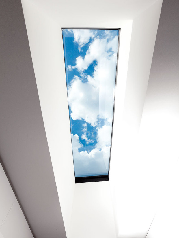 """Světlo dokáže zázraky. Dalším důležitým úkolem bylo dostat do chodby světlo. Architekti to vyřešili střešním světlíkem. """"Prostoru to velmi pomohlo,"""" pochvaluje si Oskar Mészár."""