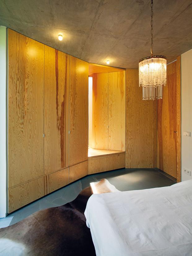 Jiná skříň. Atypičnost šikmé stěny vložnici architekti ještě umocnili skříní, kterou prochází okno na terasu. Hloubka skříně se přitom plynule mění, což vytvořilo zajímavou geometrii stěny.