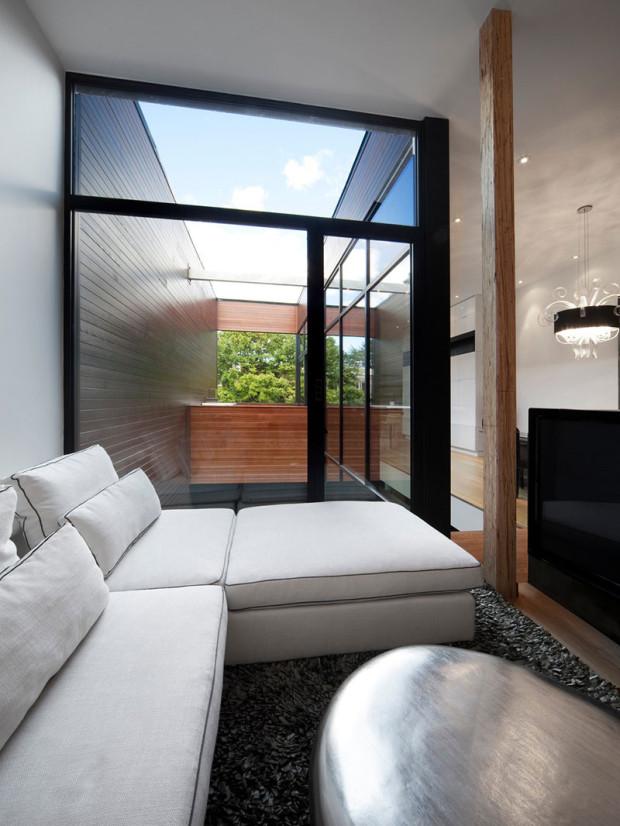 Obývací prostor ve druhém z bytů je laděn do černobílé kombinace. Působí chladnějším, avšak luxusnějším dojmem.