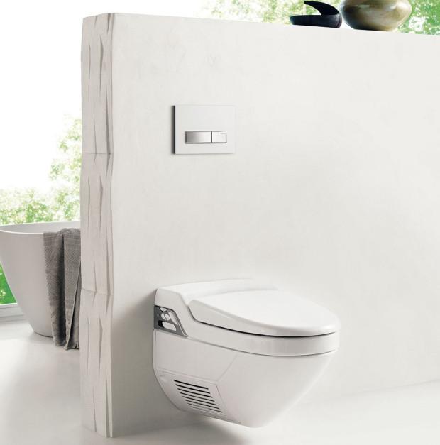 WC ibidet zároveň. Geberit AquaClean 8000plus je spojením moderního WC abidetu – stisknutím tlačítka spustíte sprchu, která vás umyje měkkým proudem vody ohřátým na příjemnou teplotu anakonec vás jemně osuší proud teplého vzduchu. Všechny funkce, od polohy sprchovacího ramene přes teplotu aintenzitu vodního proudu až po fén, se dají nastavit. FOTO GEBERIT