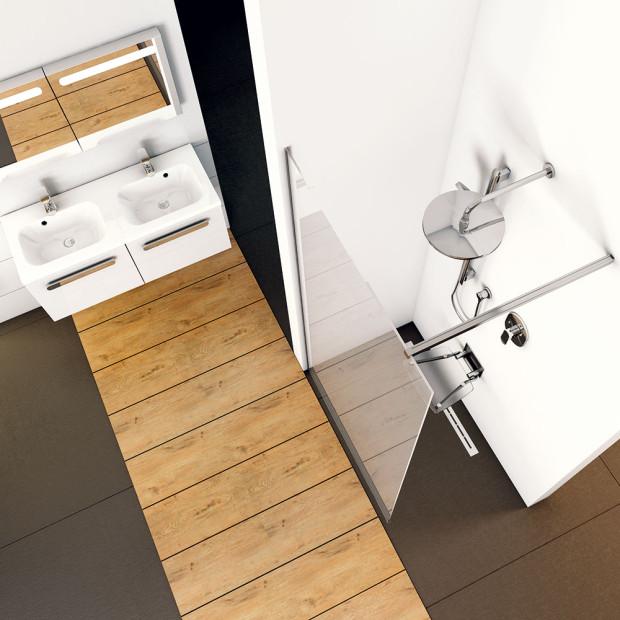 Co se hýbe, to se kazí, navíc se mnohá vedení posuvných dveří sprchových koutů špatně čistí. Ztohoto pohledu jsou nejpraktičtější takzvané walk-in sprchové kouty spevnými zástěnami. Dají se dokonale přizpůsobit rozměrům koupelny. FOTO RAVAK