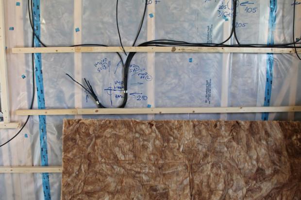 Instalace jsou až na nutné výjimky vedené v instalační mezeře
