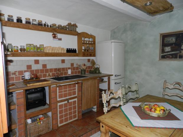 Kuchyň Martiny a Petra si v přiměřené míře obnovila venkovského ducha ze začátku století. Ledničky se však rozhodně vzdát nemohli. Od moderních tvarů, které by tu překážely, má však daleko.
