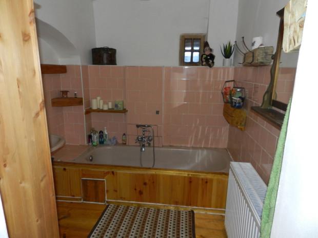 Dnes koupelnu zdobí více dřevěných doplňků. Na místech, kde to vzhledem ke styku s vodou bylo jen trochu možné, nechali majitelé přirozenou strukturu tohoto materiálu.
