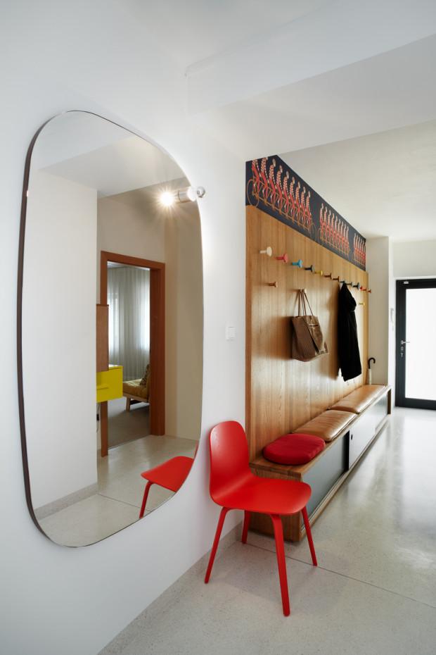 Příjemným doplňkem v předsíni je opravdu velké zrcadlo se zaoblenými rohy a pokovenou žárovkou, návrh Petra Venclovského.