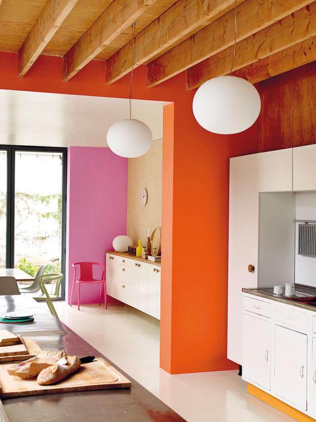 Teplé oranžové ažluté tóny byly donedávna populární, což odpovídá našemu podnebí smenší intenzitou slunečního záření atím pádem méně prosluněným bytům. Tyto odstíny vsoučasné době už nahrazují spíše kávové, pískové ahnědavé tóny. (foto: Dulux)