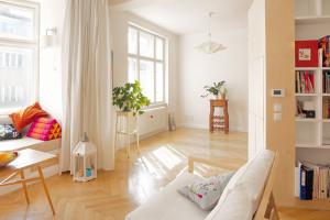 V malém pražském bytě vytvořila prosvětlený otevřený prostor