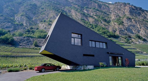 Přístřešek pro auto může vzniknout išikovným využitím architektury domu či daností pozemku – například svahu. Dům – nakloněný hranol ve švýcarském kantonu Vallis – navrhli Nunatak Architectes. FOTO VELUX, Francesca Giovanelli