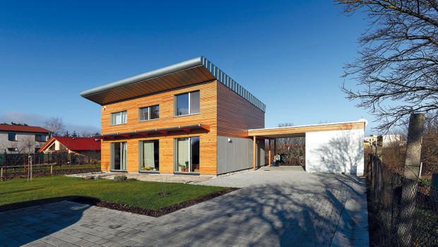 Dispozice domu je přizpůsobena snaze dosáhnout pasivního standardu – obytné místnosti jsou orientovány na jih, aby se vnich co nejlépe využily solární zisky, pomocné prostory na sever.
