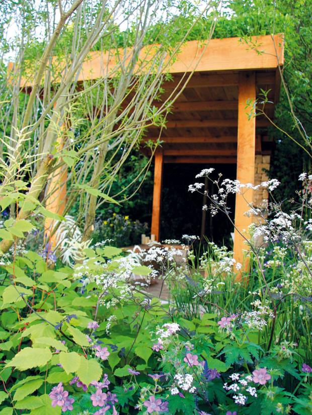 Živiny rostlinám nejlépe dodá kvalitní kompost, výbornou volbou je izelené hnojení. Použít se dají (hlavně během sezony) irůzné rostlinné výluhy (přeslička, kostival, kopřiva), znichž se připraví hnojivové zálivky. FOTO DANIEL KOŠŤÁL