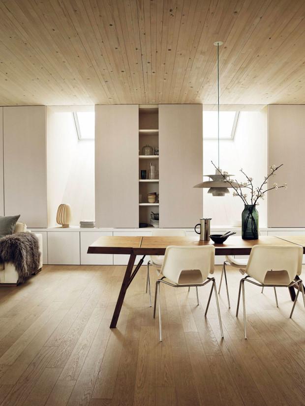 Sunlighthouse je bohatě prosvětlený, přičemž přirozené světlo se do interiéru dostává přes fasádní okna, která nabízejí také nádherný výhled na okolí, jakož ipřes střešní okna, která jsou položena záměrně vysoko, aby vnášela do interiéru co nejvíce světla.