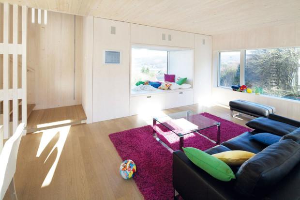 V interiéru podobně jako v exteriéru vládnou čisté linie, prostor však rozhodně nepůsobí neosobně. Dominuje mu bílá barva a světlé dřevo na podlaze či stropech.